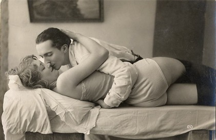 vintage_couple_bed_love0003